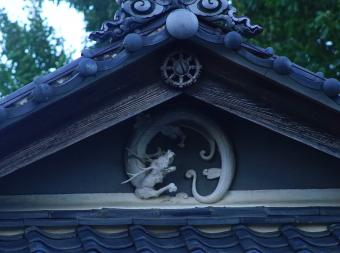https://cf.ltkcdn.net/feng-shui/images/slide/247929-850x633-dragon-relief-on-shrine.jpg
