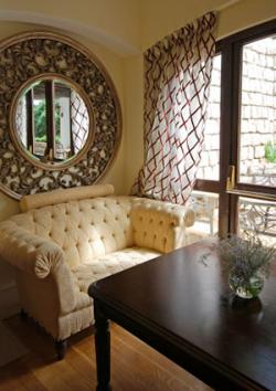 Mirrors and feng shui lovetoknow for Window placement in living room