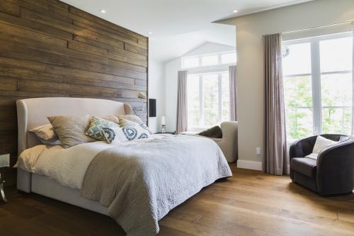Comfortable bedroom no mirrors