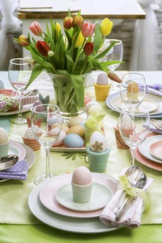 Easter Place setting decorated with tulips and Easter eggs