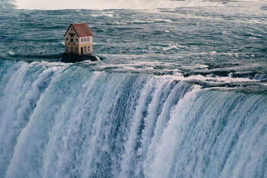 https://cf.ltkcdn.net/freelance-writing/images/slide/248033-850x566-house-above-waterfall.jpg