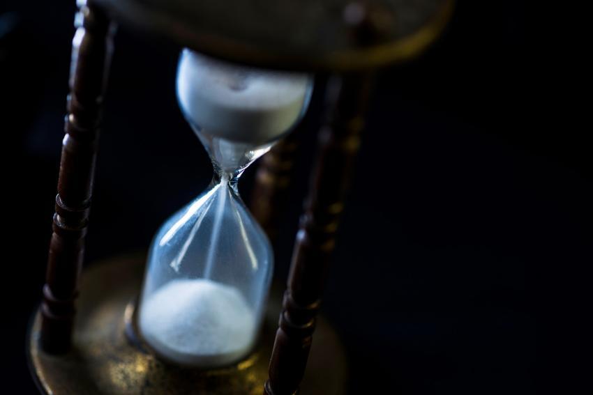 https://cf.ltkcdn.net/freelance-writing/images/slide/248041-850x567-time-hourglass.jpg