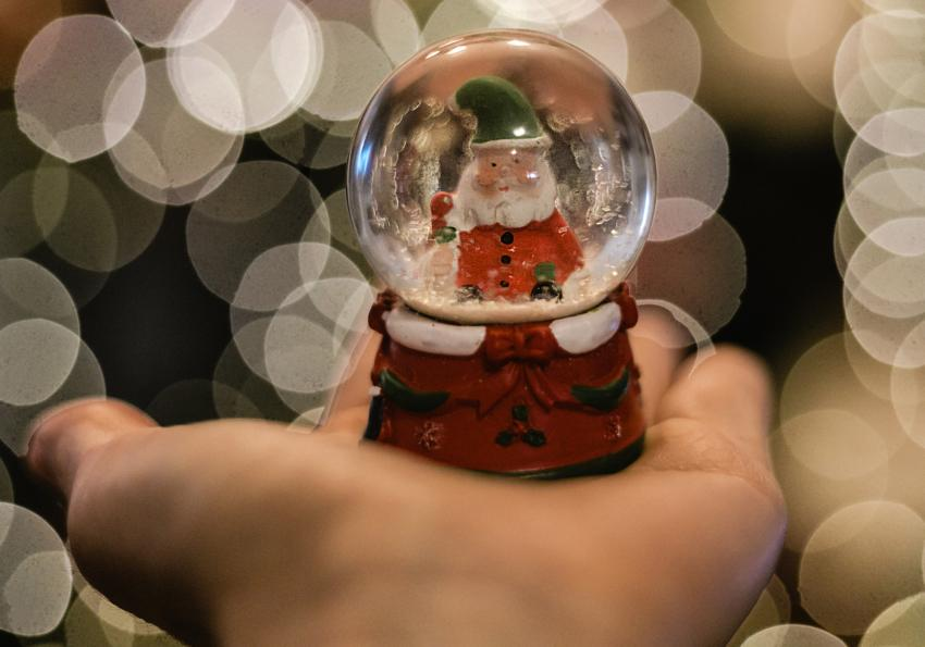 https://cf.ltkcdn.net/freelance-writing/images/slide/253958-850x595-7_Christmas_globe.jpg