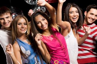 https://cf.ltkcdn.net/freelance-writing/images/slide/245687-850x566-friends-enjoying-party.jpg