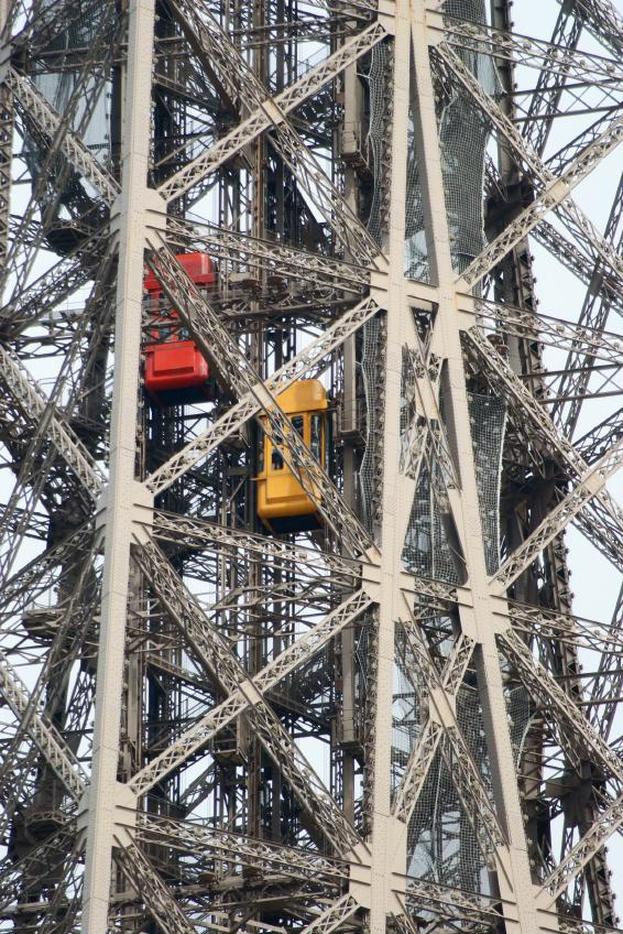 https://cf.ltkcdn.net/french/images/slide/124888-566x848-eiffel_elevators.jpg