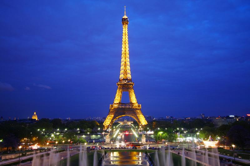 https://cf.ltkcdn.net/french/images/slide/124889-800x533-eiffel_at_night.jpg