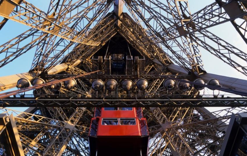 https://cf.ltkcdn.net/french/images/slide/136137-850x540r1-eiffeltowerelevator.jpg