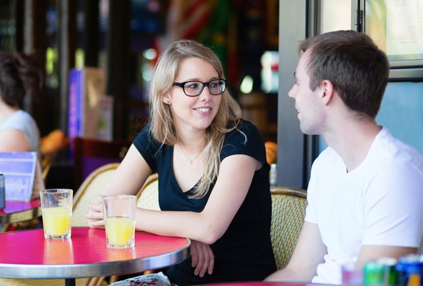 https://cf.ltkcdn.net/french/images/slide/184949-850x574-couple-talking-in-cafe.jpg