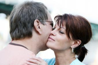 https://cf.ltkcdn.net/french/images/slide/124739-849x565-cheek-kiss.jpg