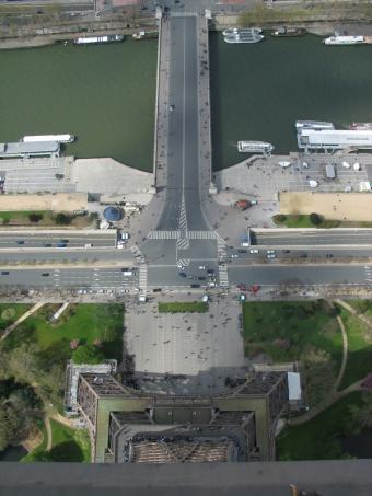 https://cf.ltkcdn.net/french/images/slide/124873-600x800-top_of_Eiffel_tower.jpg