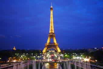 https://cf.ltkcdn.net/french/images/slide/124889-800x533-eiffel_at_night.jpg