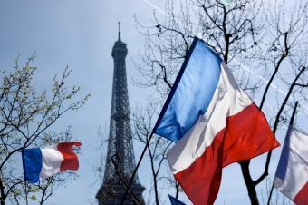 https://cf.ltkcdn.net/french/images/slide/136135-849x565r1-eiffeltowerflag.jpg