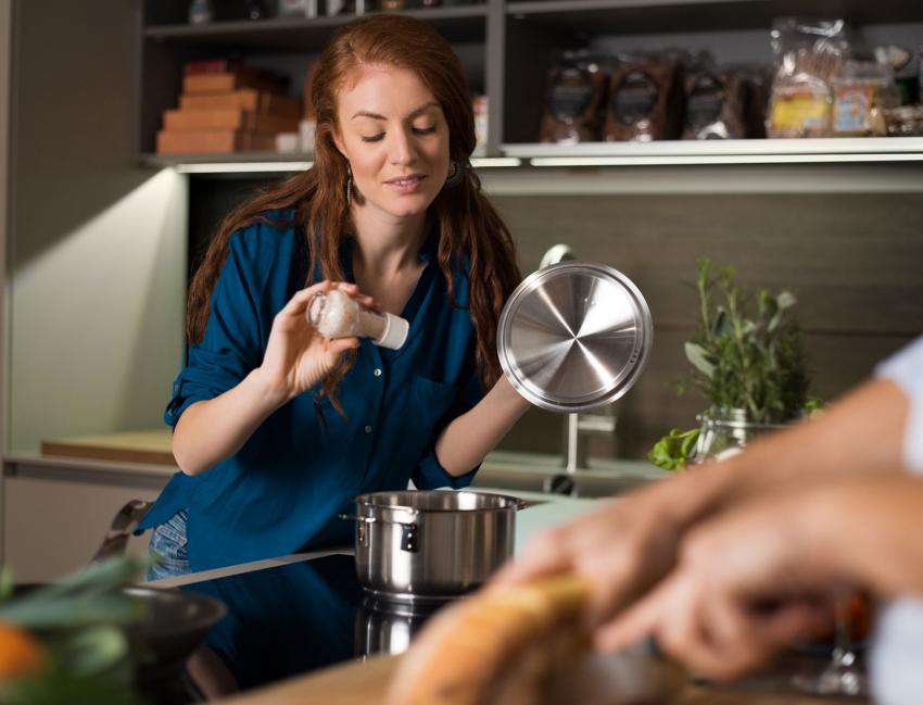 https://cf.ltkcdn.net/fun/images/slide/203853-850x649-Woman-cooking.jpg