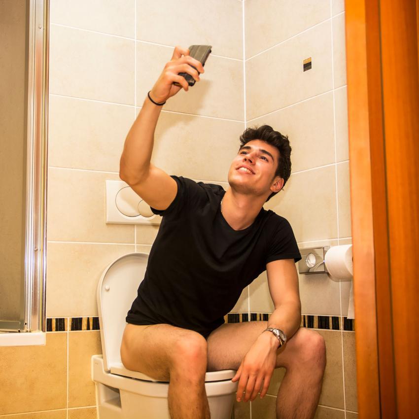 https://cf.ltkcdn.net/fun/images/slide/205517-850x850-Young-man-on-toilet-taking-selfie.jpg