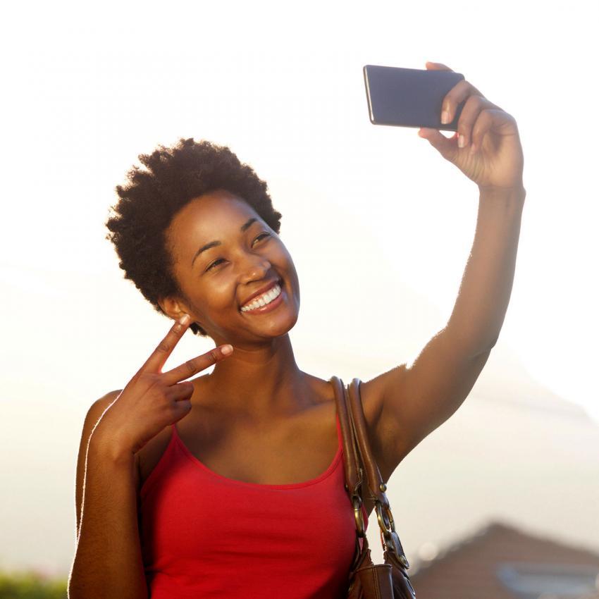 https://cf.ltkcdn.net/fun/images/slide/205518-850x850-Young-woman-taking-a-selfie.jpg