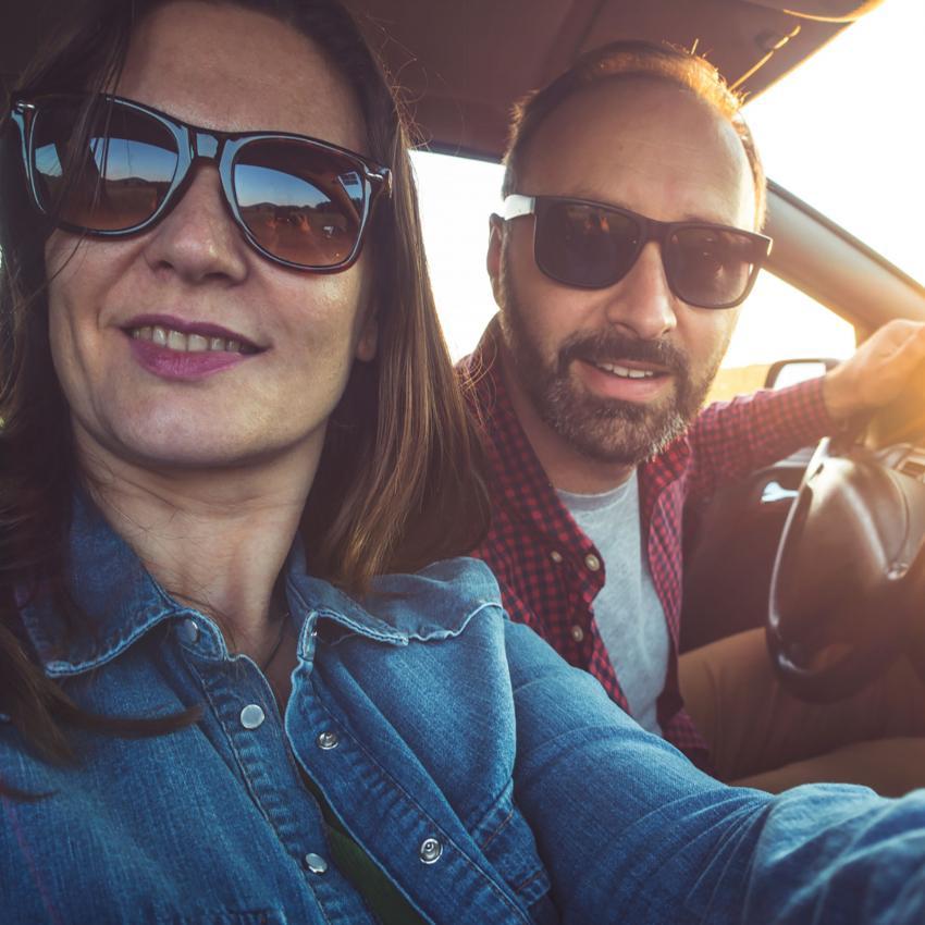 https://cf.ltkcdn.net/fun/images/slide/205520-850x850-Taking-selfie-in-car.jpg