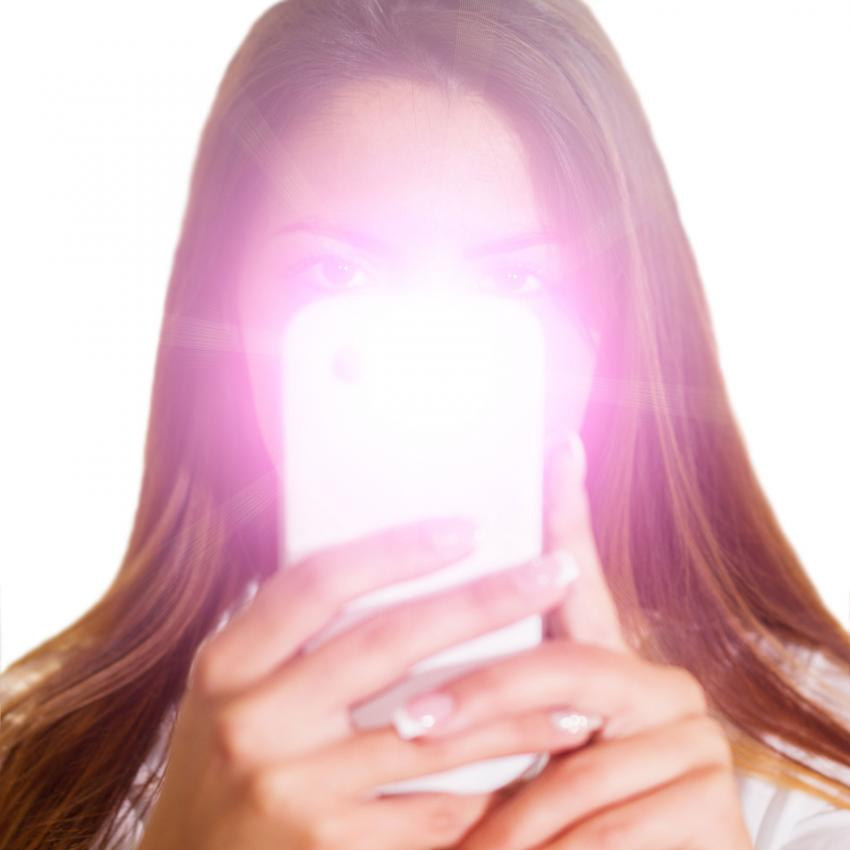 https://cf.ltkcdn.net/fun/images/slide/205522-850x850-Woman-taking-selfie-with-flash.jpg