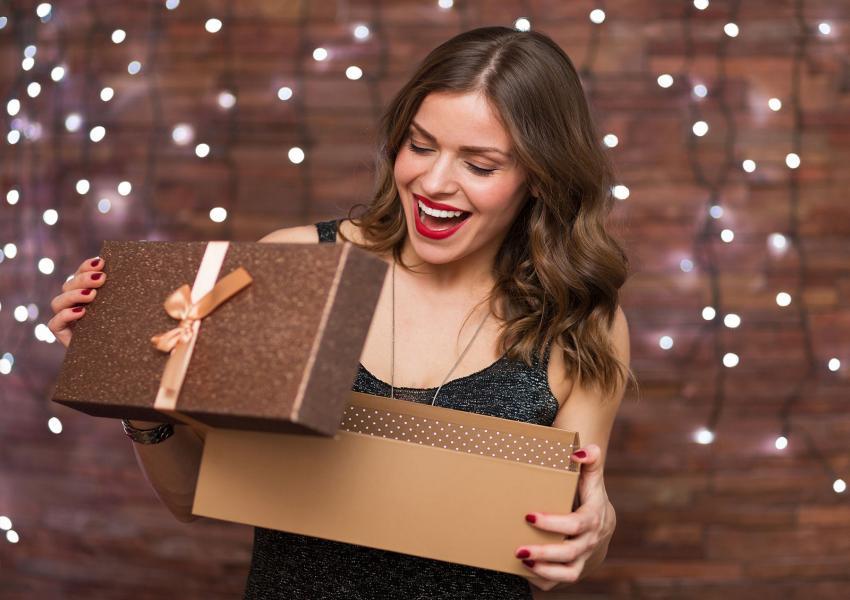 https://cf.ltkcdn.net/fun/images/slide/206405-850x600-woman-opening-gift.jpg