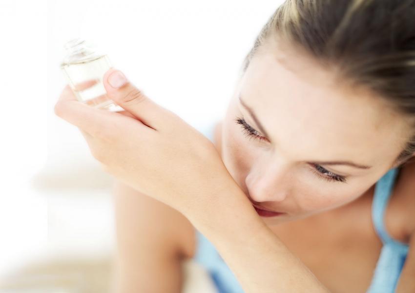 https://cf.ltkcdn.net/fun/images/slide/206417-850x600-woman-smelling-perfume-fragrance.jpg