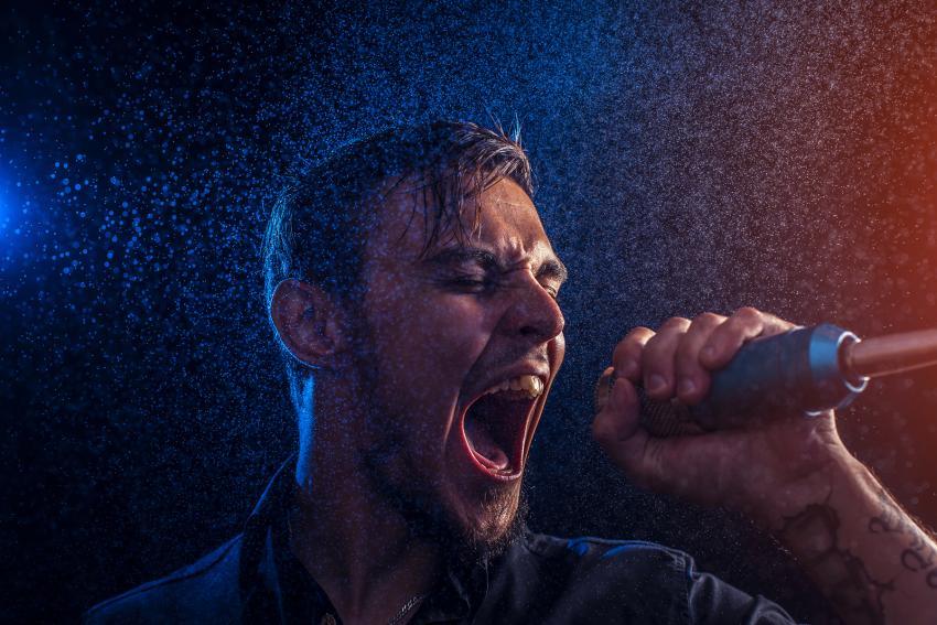 https://cf.ltkcdn.net/fun/images/slide/210399-850x567-Performer-singing.jpg