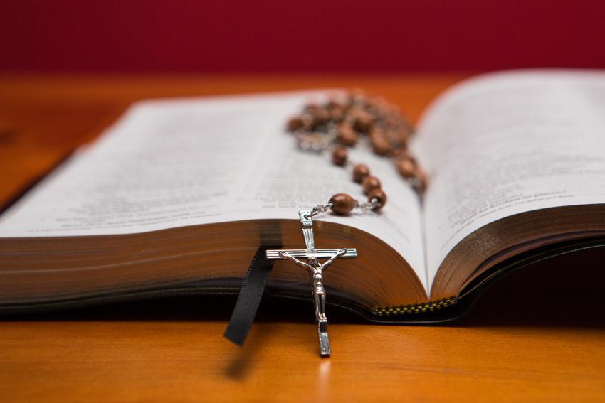 https://cf.ltkcdn.net/fun/images/slide/210416-850x567-Rosary-beads-on-bible.jpg