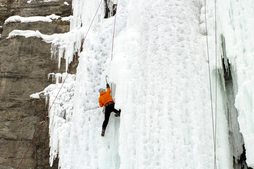 https://cf.ltkcdn.net/fun/images/slide/210417-850x567-Ice-climbing.jpg