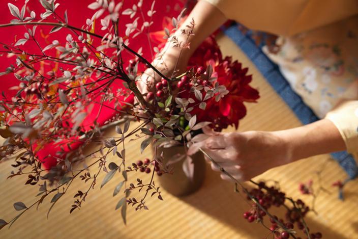 https://cf.ltkcdn.net/fun/images/slide/216437-704x469-Woman-arranging-flowers.jpg