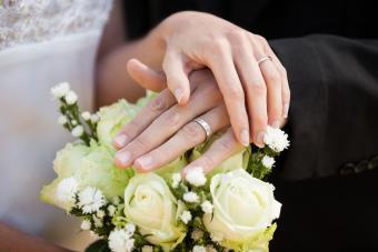 https://cf.ltkcdn.net/fun/images/slide/201830-850x567-Wedding-rings-and-bouquet.jpg