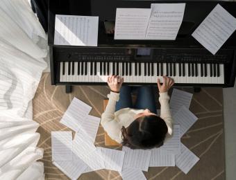 https://cf.ltkcdn.net/fun/images/slide/203849-850x649-Playing-piano.jpg