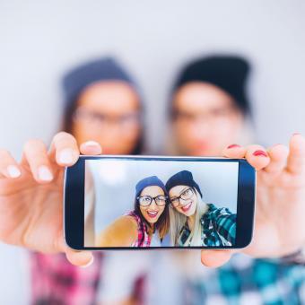https://cf.ltkcdn.net/fun/images/slide/205513-850x850-Friends-taking-selfie.jpg