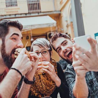 https://cf.ltkcdn.net/fun/images/slide/205516-850x850-Friends-In-restaurant-taking-selfie.jpg