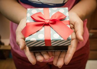 https://cf.ltkcdn.net/fun/images/slide/206420-850x600-woman-holding-gift-box.jpg