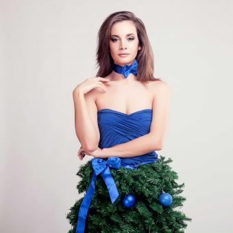https://cf.ltkcdn.net/fun/images/slide/207194-850x850-Girl-wearing-a-Christmas-tr.jpg