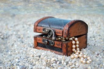https://cf.ltkcdn.net/fun/images/slide/210409-850x567-Treasure-chest.jpg