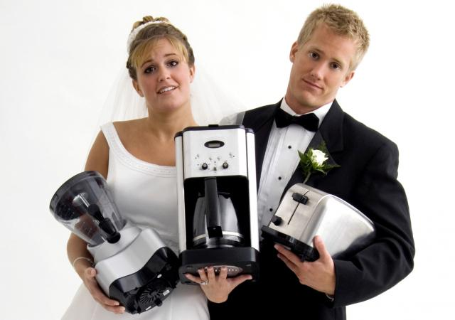 weddnig couple with gifts