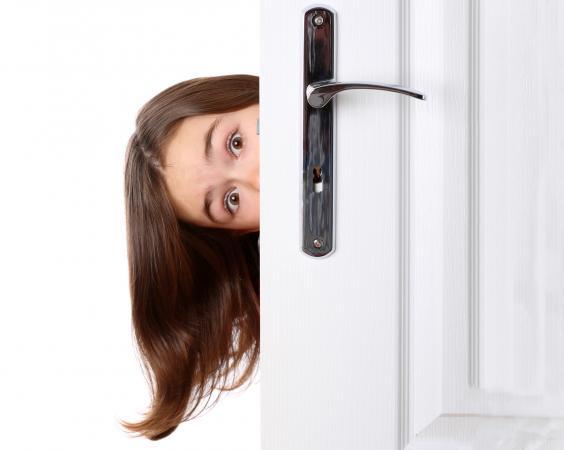 peeeking around door