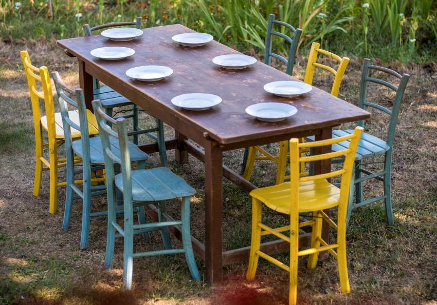 https://cf.ltkcdn.net/furniture/images/slide/256370-850x595-3_Rugged_table_paint_chairs.jpg
