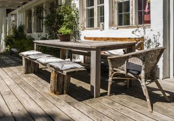 https://cf.ltkcdn.net/furniture/images/slide/256371-850x595-4_rugged_table_deck.jpg