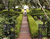 https://cf.ltkcdn.net/garden/images/slide/112022-176x140-Linegardenpaths.jpg