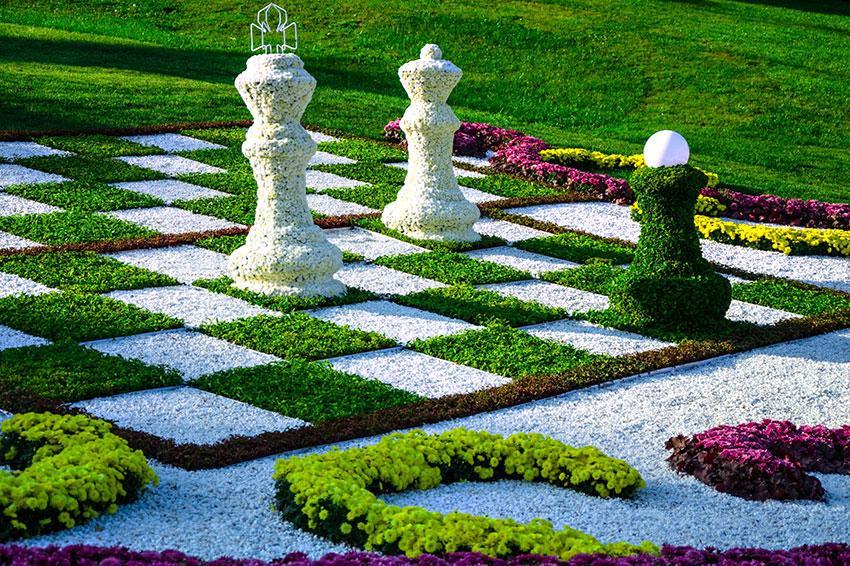 Topiary Garden Design Ideas Part - 35: Living Chess Pieces