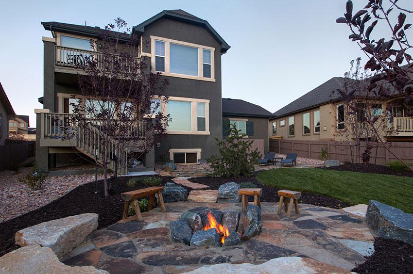 https://cf.ltkcdn.net/garden/images/slide/178699-850x565-firepit-with-rocks.jpg