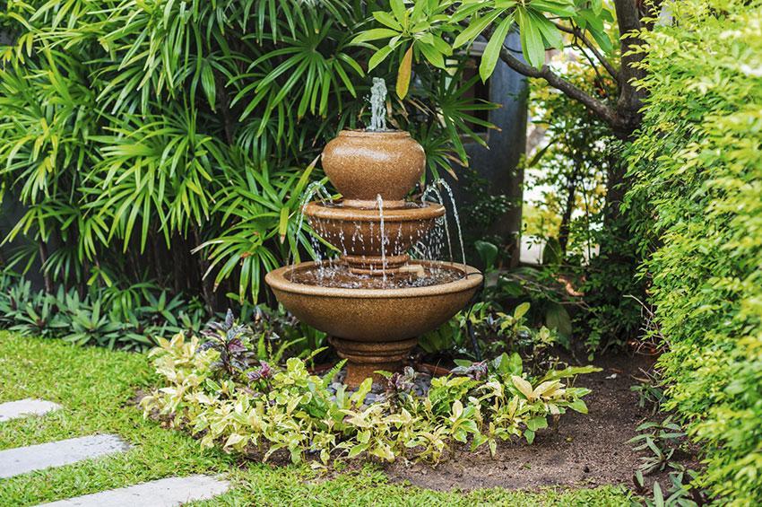 https://cf.ltkcdn.net/garden/images/slide/178710-850x565-brown-fountain.jpg