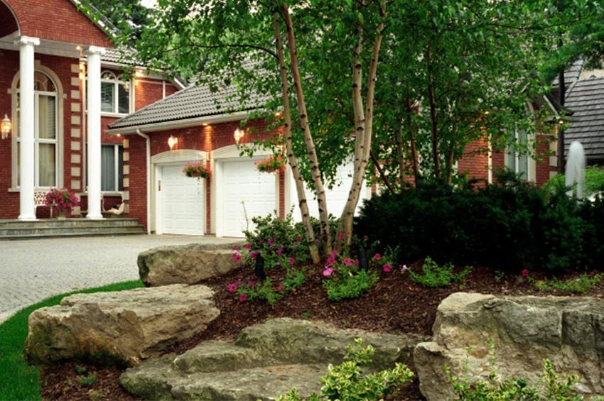 https://cf.ltkcdn.net/garden/images/slide/178882-850x565-mansion-boulders-birch-trees.jpg