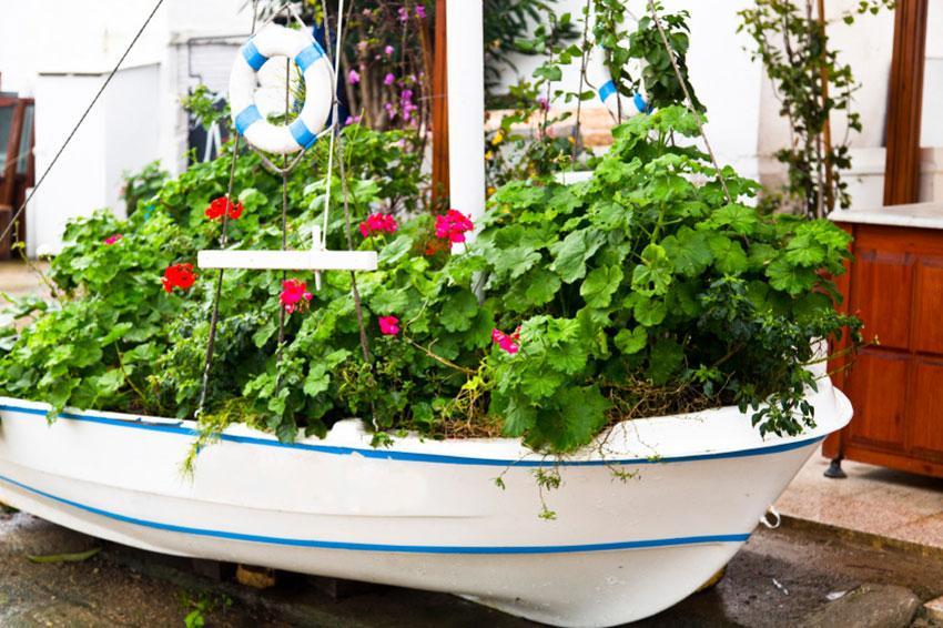 https://cf.ltkcdn.net/garden/images/slide/194299-850x566-old-boat-planter.jpg