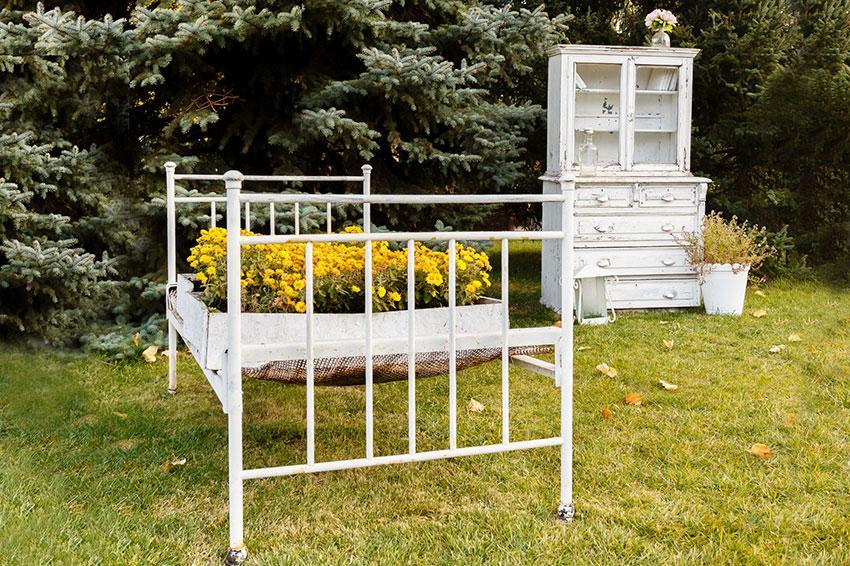 https://cf.ltkcdn.net/garden/images/slide/194300-850x566-bed-frame-planter.jpg