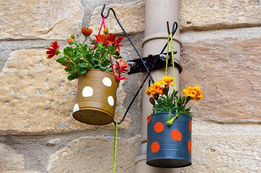 https://cf.ltkcdn.net/garden/images/slide/194304-850x566-painted-tin-can-planters.jpg