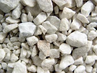 https://cf.ltkcdn.net/garden/images/slide/175379-800x600-rock-white-marble-chips.jpg