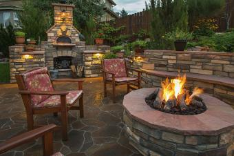 https://cf.ltkcdn.net/garden/images/slide/178700-850x565-outdoor-fire-pit-on-patio.jpg