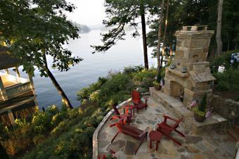 https://cf.ltkcdn.net/garden/images/slide/178702-850x565-outdoor-fireplace-with-seating.jpg