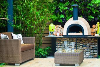 https://cf.ltkcdn.net/garden/images/slide/178703-850x567-outdoor-fireplace.jpg